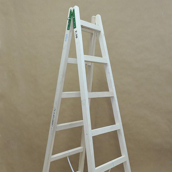 Ξύλινη σκάλα ελαιοχρωματιστή